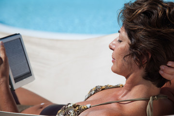 Donna al sole con libro digitale