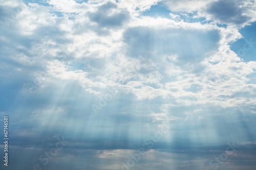Hintergrund blau Himmel mit Wolken: Gewitter im Sommer