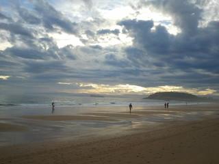 Gente andando en la playa, Santander España