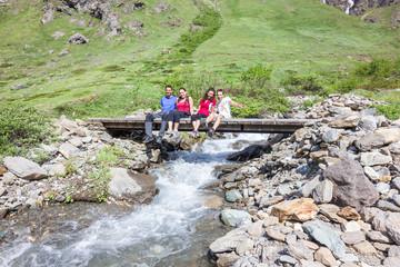 Ragazzi su ponte in montagna
