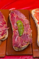 Pan con tomate jamon y pimiento verde