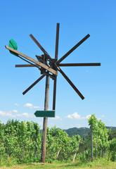 eine Klapotetz genannte Vogelscheuche in der Steiermark