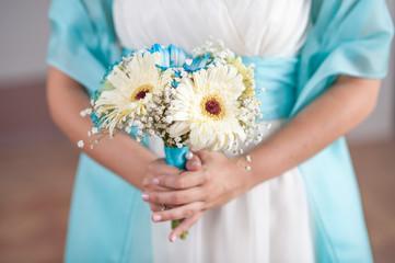 Buoquet sposa di gerbere bianche e azzurre