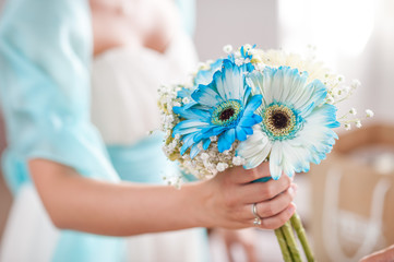 bouquet sposa di gerbere bianche azzurre e mughetti