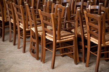 File di sedie impagliate impilate