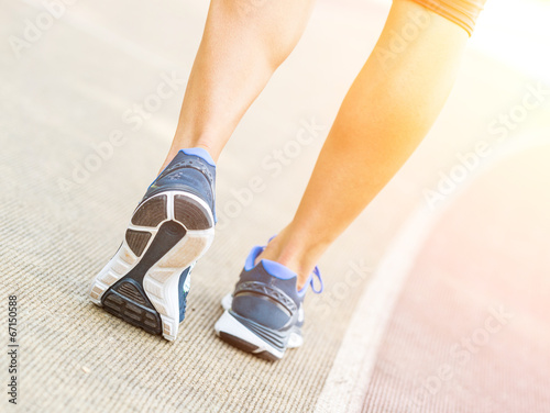canvas print picture Woman Ready to Run on Track Lane