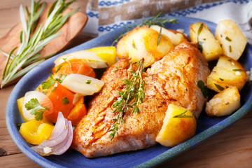 Hähnchenbrust mit Röstkartoffeln und Gemüse