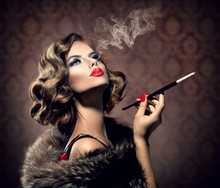 Rétro Femme avec Embouchure. Vintage style Belle Dame