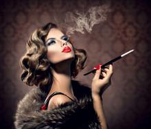 Retro Kobieta z ustnikiem. Vintage Styled Piękna Pani