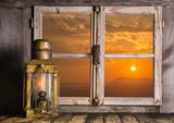 Alte See Laterne aus Kupfer mit Sonnenuntergang als Hintergrund