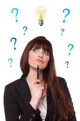 junge Geschäftsfrau hat Fragen zur Idee