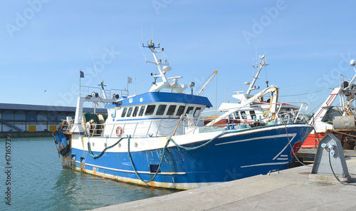 Leinwanddruck Bild Vieux chalutier amarré sur le quai du port de Boulogne sur Mer