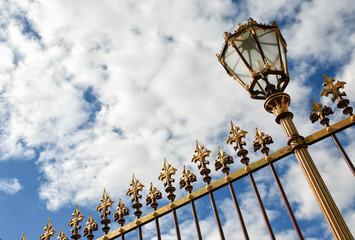 Antiker Zaun und Straßenlampe in Wien