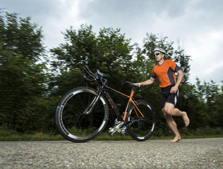 Triathlet mit dem Fahrrad