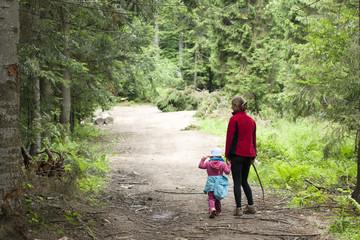 Kobieta z Dzieckiem na górskim szlaku, Gorce, Polska