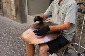 Hang, strumento musicale a percussioni di origine svizzera