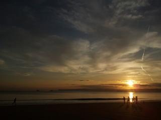 Gente paseando y corriendo en la playa
