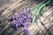 Lavendelstrauß auf rustikalem Holz