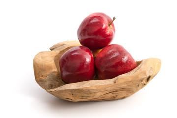 Rote Äpfel in einer dekorativen Holzschale
