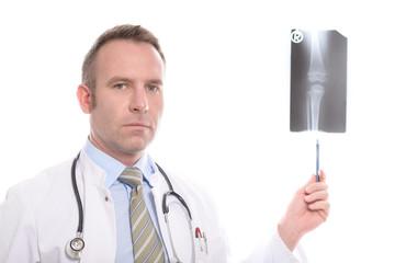 Arzt zeigt auf ein Röntgenbild eines Kniegelenks