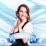attraktive junge Frau im Dirndl mit Oktoberfest-Band
