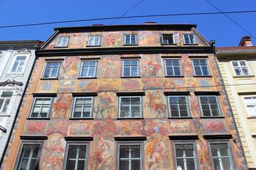 Die Fassade des bemalten Hauses (Herzogshof) in Graz