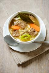 Nudel-Gemüse-Suppe mit Sojafleisch