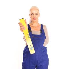 Heimwerkerin mit Wasserwaage