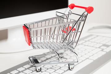 einkaufswagen und computer