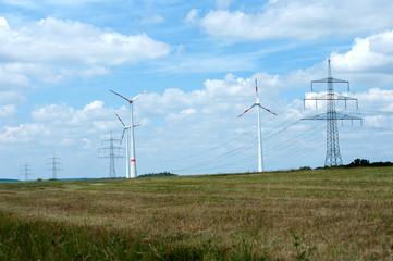Strommasten und Windkraftanlagen