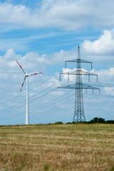 Strommast und Windkraftanlage
