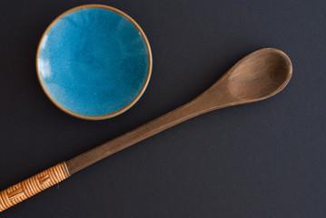 Holzlöffel und Teller auf freiem Hintergrund