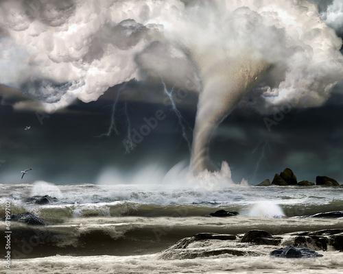 Tornado über Ozean