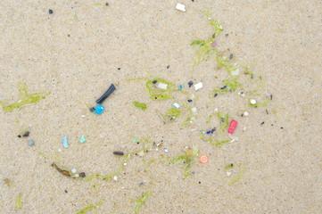 Angeschwemmter Müll am Strand von Lacanau Ozean