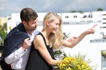 Junges Paar auf dem Balkon