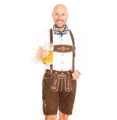 Mann in Lederhose mit Bier