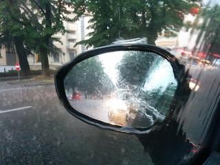 Pioggia e specchietto laterale
