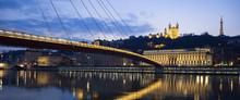Panorama-Blick auf Saone-Fluss in Lyon bei Nacht