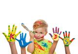 Junge mit bunten Händen und Pinsel