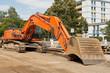 Strassenbauarbeiten und ein grosser oranger Bagger
