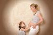 Mutter und Tochter mit Babybauch
