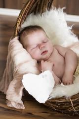 Newborn Baby schläft, mit Herzschild