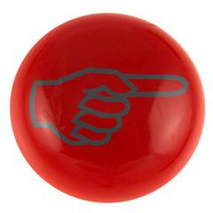 doigt pointé vers la droite sur bouton rouge