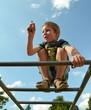 Junge auf Klettergerüst