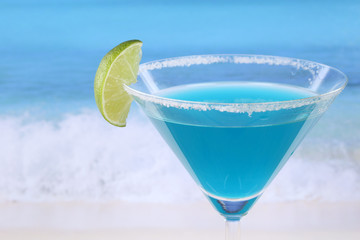 Blue Curacao Cocktail am Strand mit Textfreiraum