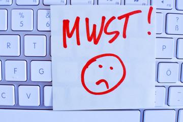 Notiz auf Computer Tastatur: MWSt.