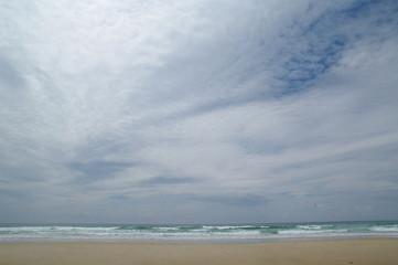 Strand, Wolken und Wellen in Lacanau Ozean