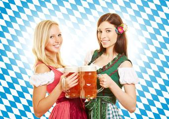 Zwei Frauen mit Bier zum Oktoberfest