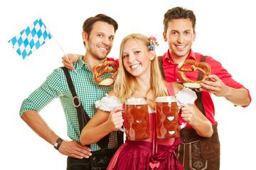 Frau beim Oktoberfest trägt zwei Bier