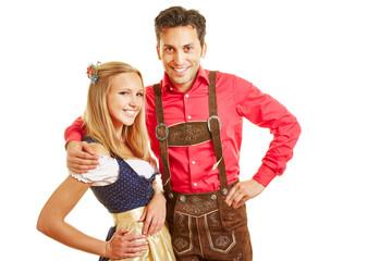 Glückliches Paar in bayrischer Tracht